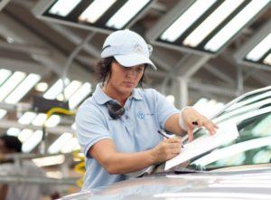 Obwohl in der Wirtschaft ein Fachkräftemangel herrscht, sind viele Fachkräfte arbeitslos.