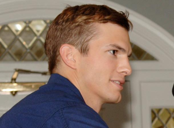 Ashton Kutcher lässt für seine Rolle bei Two and a Half Men die Hüllen fallen.