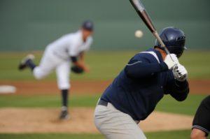 Bei einem Baseballspiel der MLB versuchte ein Vater einen Baseball zu fangen und stürzte bei dem Versuch zu tode.