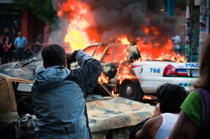 Brennende Polizeiautos bei Unruhen in London