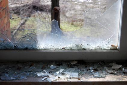 Durch eine Glastür auf der Seite des Gartens, kamen die Einbrecher ins Haus