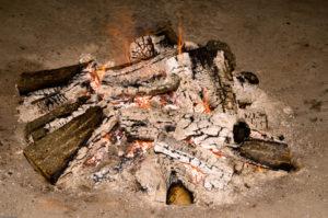 Eingeborener Jäger begeht Kanibalismus an einem unschuldigen Urlauber