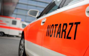 Zwei Polizeibeamte mussten wegen schweren Kopfverletzungen ins Krankenhaus gebracht werden