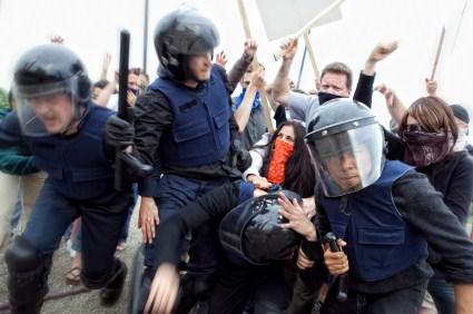 Mehr als 215 Randalierer wurden bereits festgenommen.