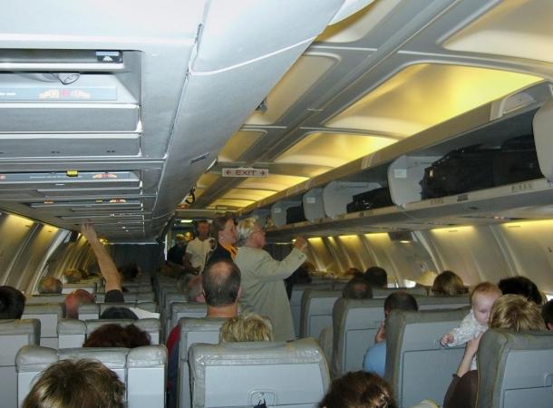 Ein Mann uriniert im Flugzeug auf ein schlafendes Mädchen.